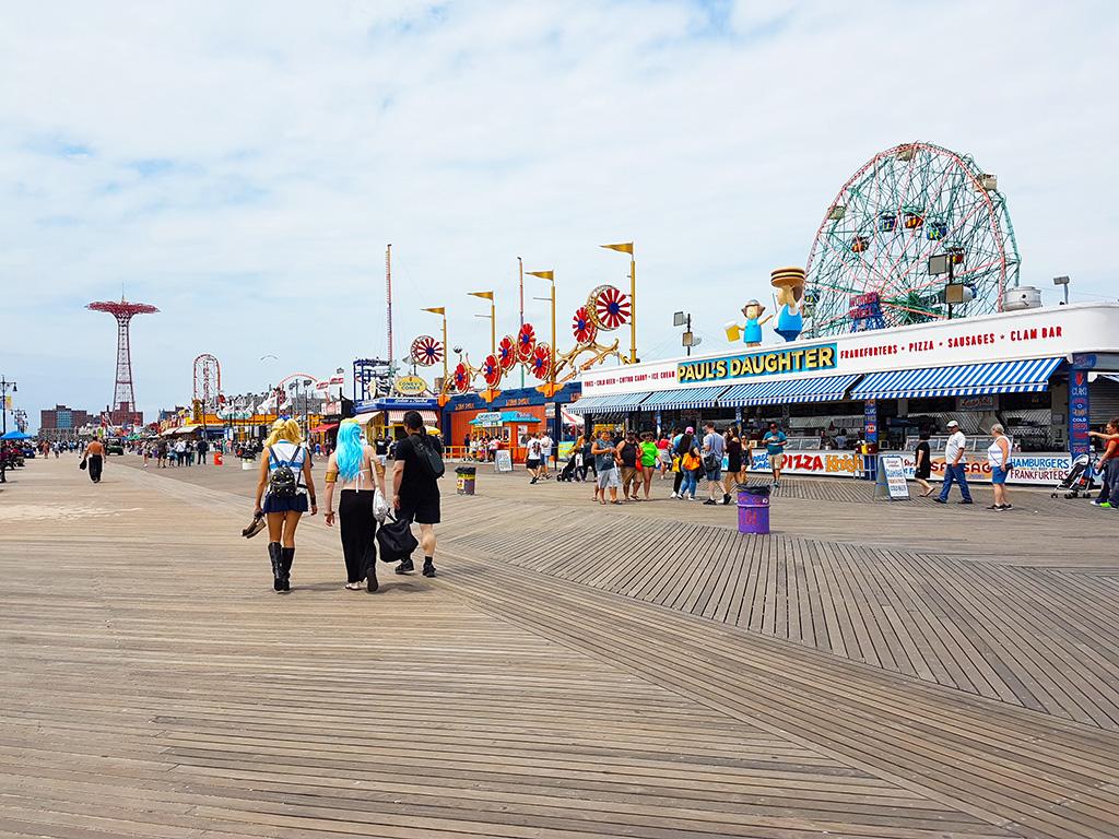 Gente caminando por el boardwalk de Coney Island en verano - Foto de Andrea Hoare Madrid