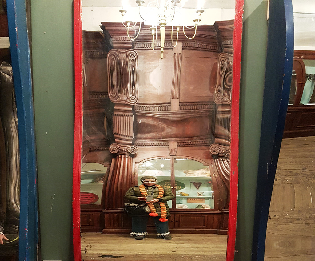 Foto de Andrea Hoare Madrid enana en un fun mirror de Museo de Coney Island