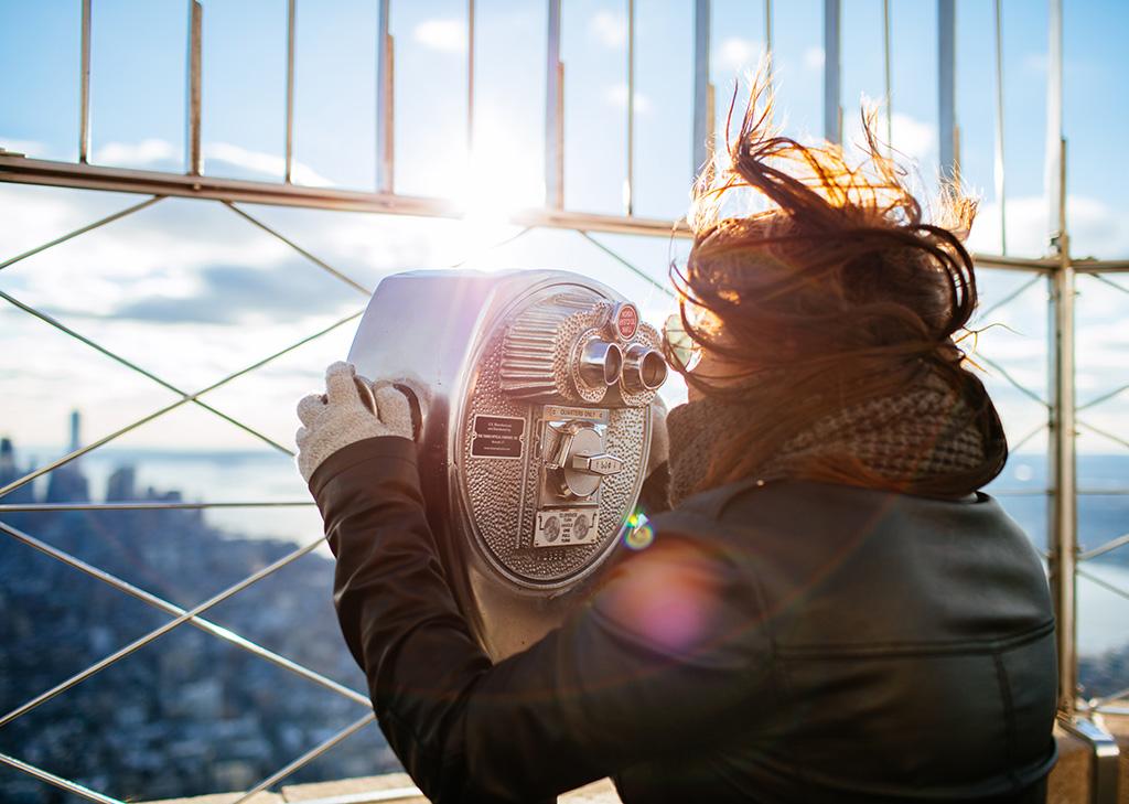 Mujer observando desde el Mirador del Empire State. Photo by Freddy Marschall on Unsplash