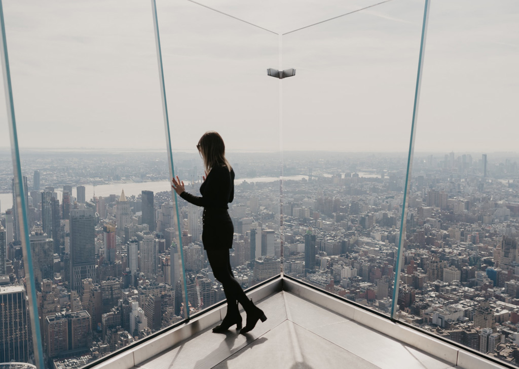 "Mujer en la esquina del observatorio The Edge, el mirador más nuevo de Manhattan en Hudson Yards <span>Photo by <a href=""https://unsplash.com/@lauraperuchi?utm_source=unsplash&utm_medium=referral&utm_content=creditCopyText"">Laura Peruchi</a> on <a href=""https://unsplash.com/s/photos/the-edge-new-york?utm_source=unsplash&utm_medium=referral&utm_content=creditCopyText"">Unsplash</a></span>"