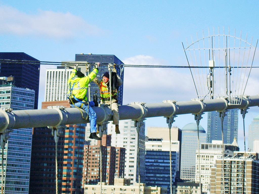 Trabajadores haciendo mantenimiento al Puente de Brooklyn - Foto de AHM