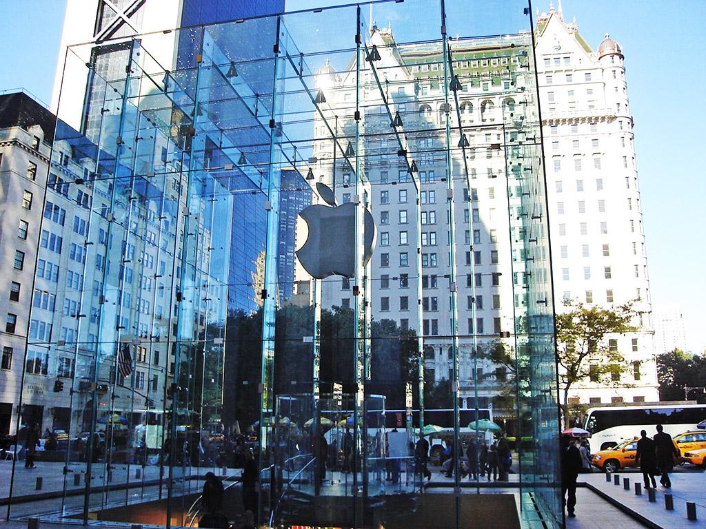 Reconocido cubo de vidrio entrada a la tienda Apple de la 5a avenida, al fondo destaca el Hotel Plaza - Foto de AHM