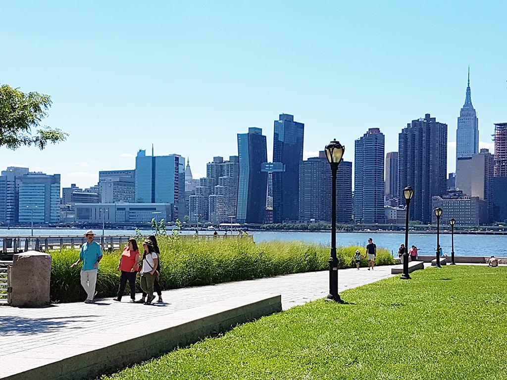 Vista del Empire State y el perfil urbano de Manhattan desde el Gantry Plaza Park en Queens - Foto de Andrea Hoare Madrid