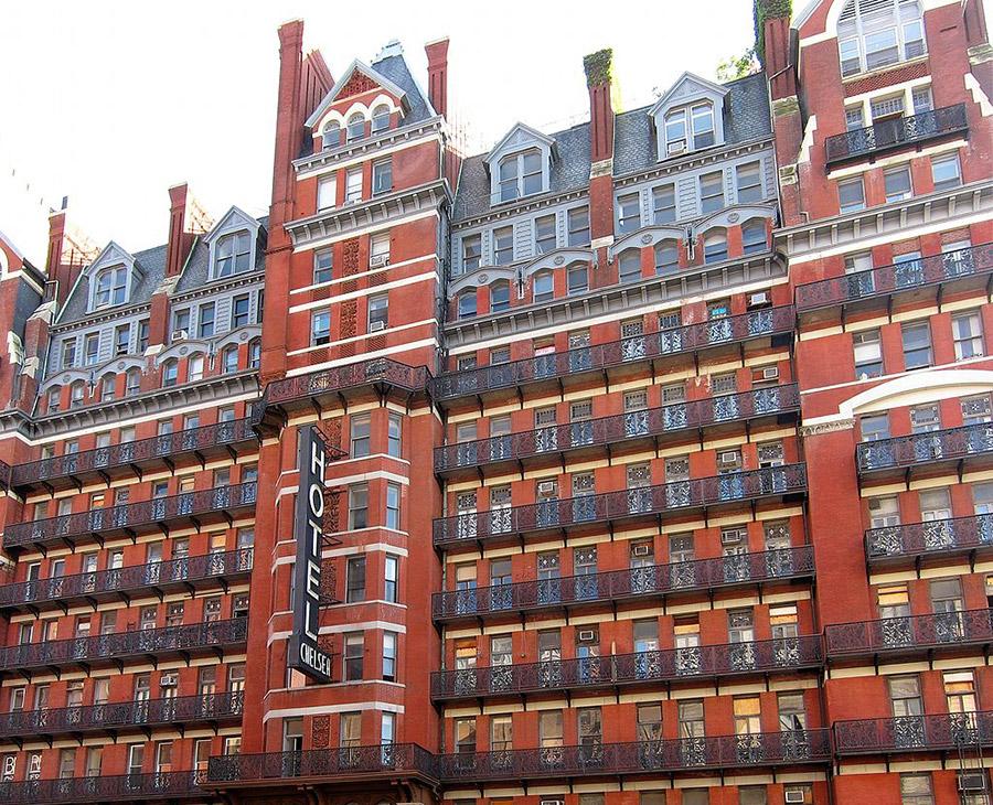 Foto de la fachada del Hotel Chelsea de Velvet, CC BY-SA 3.0 , via Wikimedia Commons - Disponible en https://commons.wikimedia.org/wiki/File:NY_chelsea_hotel.jpg