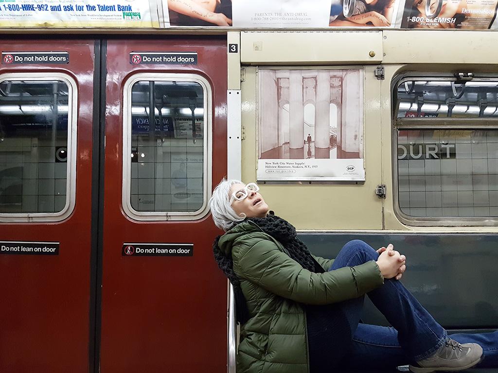 Foto de Andrea Hoare Madrid dentro de un vagón de los años 80 real en el Transit Museum en Brooklyn. Foto de Marina Madrid