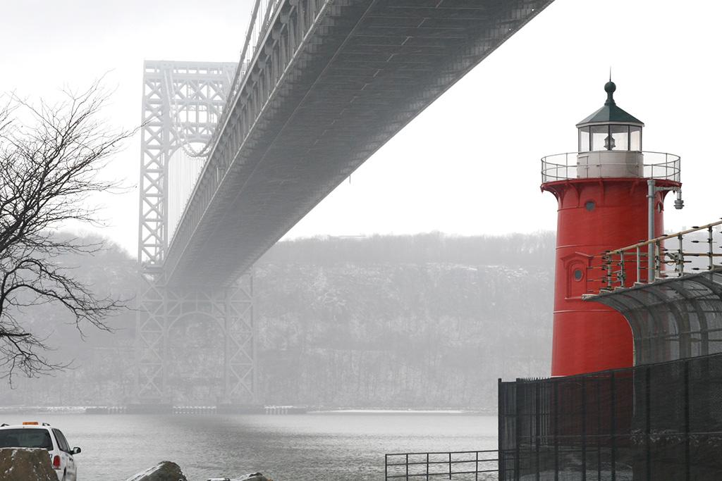 Little Red Lighthouse bajo el Puente George Washington en el barrio de Nueva York Washington Heights - Foto de Jeff Burak on Unsplash disponible en https://unsplash.com/photos/FLNKBxjR894
