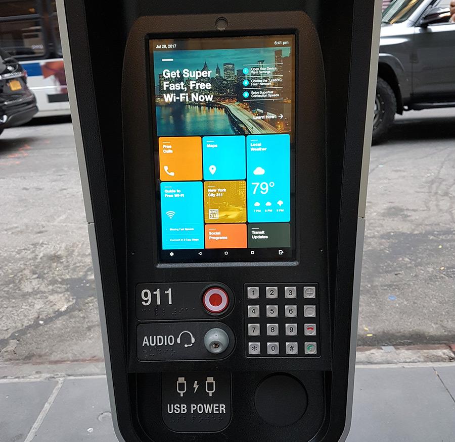 LinkNYC pantallas que sustituyen las antiguas casetas telefónicas que permiten conectarse a wifi y recargar los móviles. Foto de Andrea Hoare Madrid