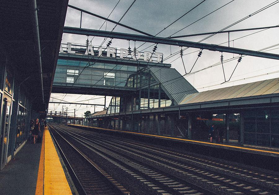 Estación Aitrain Newark de Richard Ciraulo on Unsplash disponible en https://unsplash.com/photos/nbV1kf-bv6E