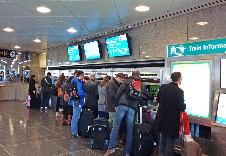 Máquinas automáticas para pagar el Airtrain y cargar la Metrocard para seguir viaje en el metro de Nueva York - Foto de AHM