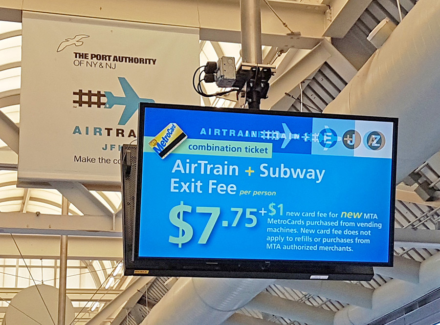 Letrero del andén del Airtrain con el precio del viaje Airtrain y Metro. La forma más económica de trasladarse desde el Aeropuerto de Nueva York - Foto de AHM