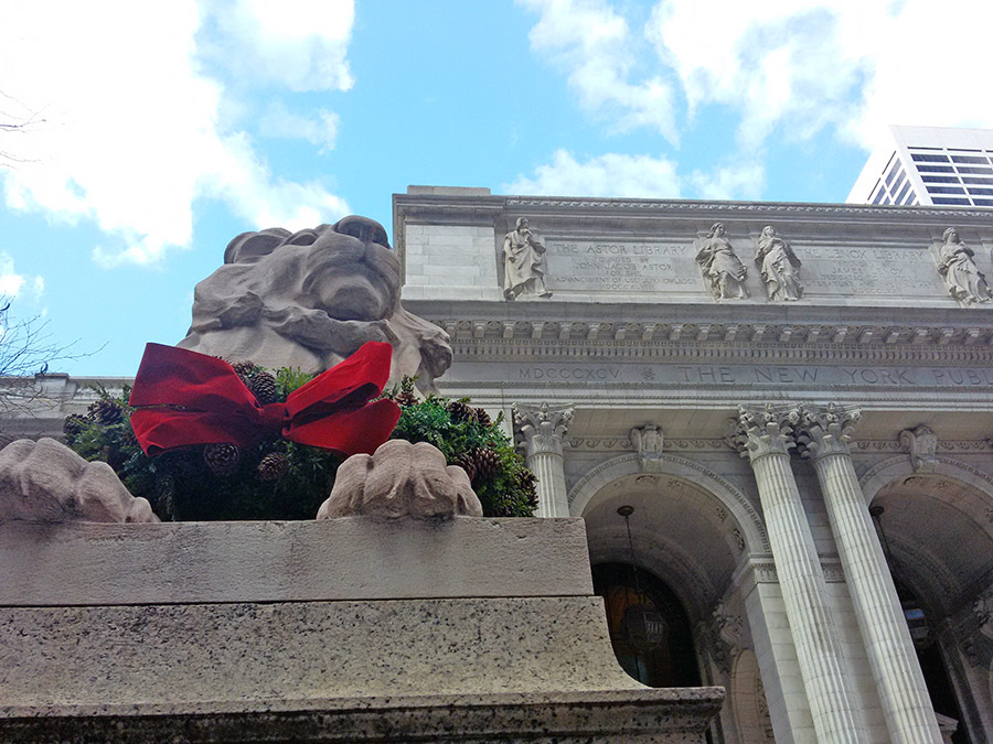 Leones de la biblioteca Pública de Nueva York con guirnalda navideña decorándolos - Foto de Andrea Hoare Madrid