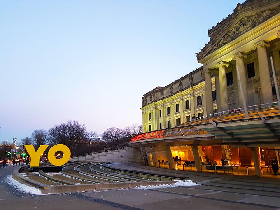 Ideas para pasar el invierno en Nueva York: visitar museos. En la foto entrada principal del Brooklyn Museum con nieve. Foto de Andrea Hoare Madrid