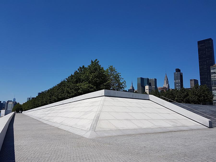 Detalle de la Arquitectura del 4 Freedoms Park diseñado por Louis Kahn. Al fondo destaca el edificio Chrysler - Foto de Andrea Hoare Madrid