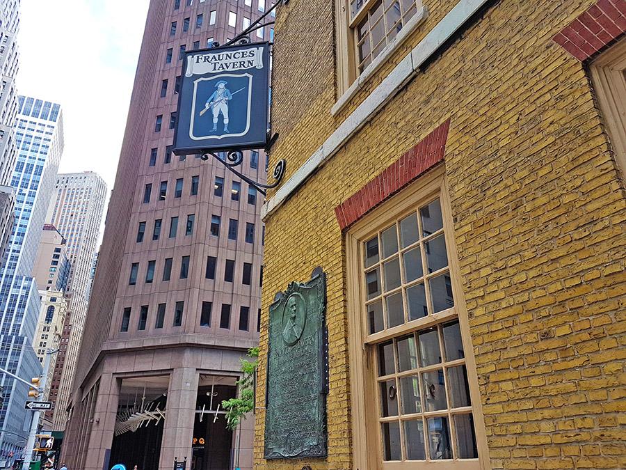 Letrero al exterior del Museo Fraunces Tavern dedicado a la era colonial de Nueva York - Foto de AHM