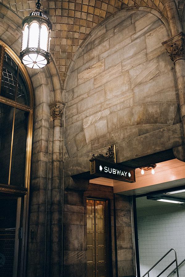 Antiguo acceso al metro dentro de Grand Central Station. Foto de Andrew Ling on Unsplash disponible en https://unsplash.com/photos/KWiDZmY4yqc