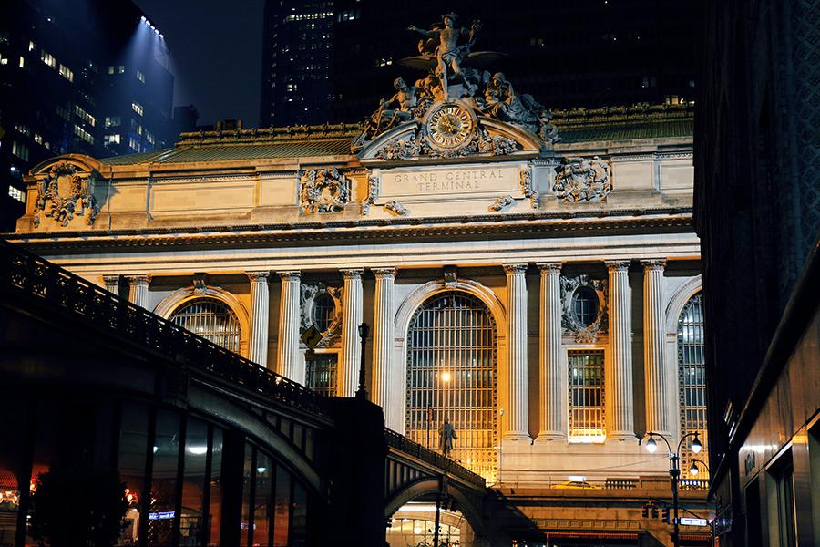 Exterior de Grand Central Terminal rodeada de edificios modernos. Foto de  Brandon Nickerson on Unsplash disponible en https://unsplash.com/photos/TQiZlChsTh4