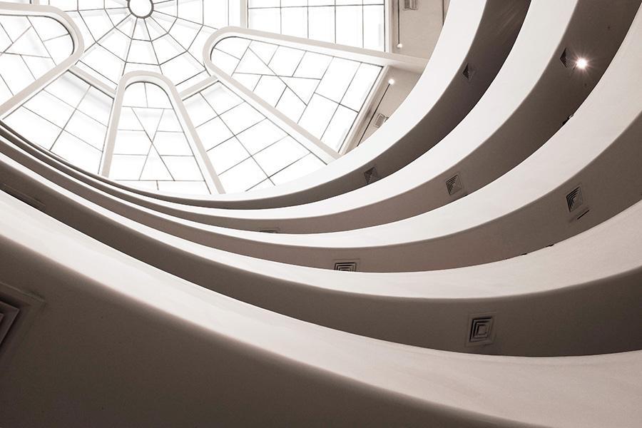 Cúpula del Museo Solomon R Guggenheim vista desde el interior del edificio - Foto de Alex Eckermann on Unsplash disponible en https://unsplash.com/photos/u7rlwvrgwno