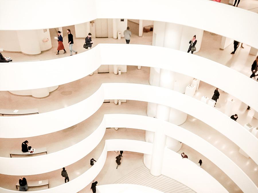 Foto del interior del Museo Guggenheim de Nueva York de  Leslie Lopez Holder on Unsplash disponible en https://unsplash.com/photos/CpR6c_Fsrug