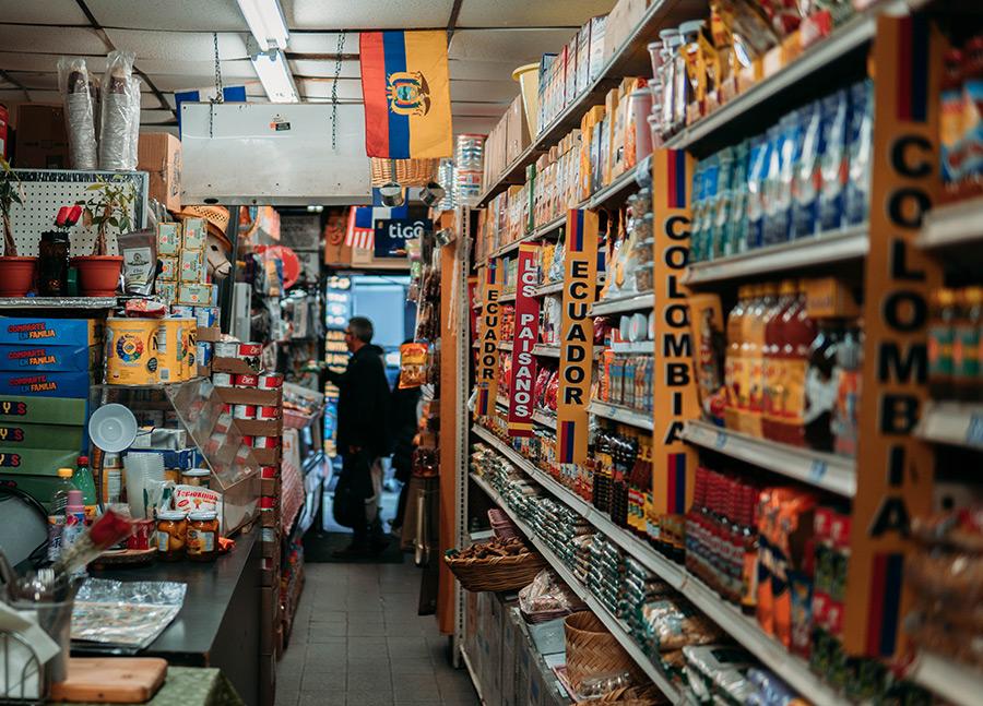 Interior de una bodega con productos de distintos países de latinoamérica en Jackson Heights, Queens. Foto de Juan Ordonez on Unsplash disponible en https://unsplash.com/photos/Rz1HxCUHvL8