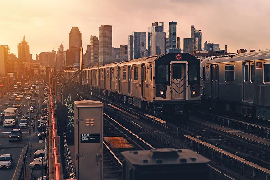 Vagón de la línea 7 del Metro de Nueva York pasado sobre las vías elevadas en Queens - Foto de Luca Bravo on Unsplash