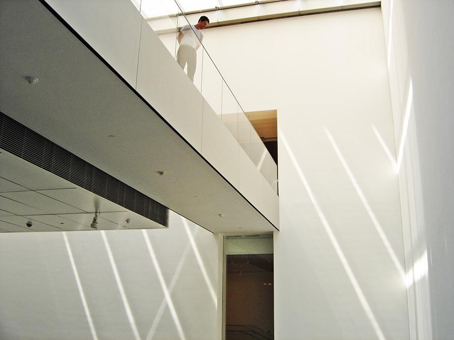 Juegos de luces al interior del edificio del MOMA - Foto de Andrea Hoare Madrid