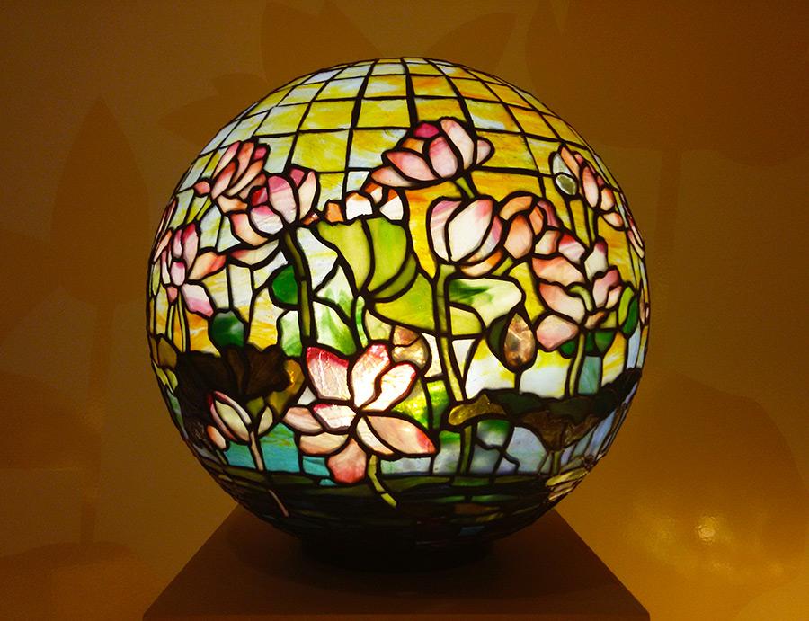 Lámpara de vitral diseñada por Louis Comfort Tiffany, destacado artista del movimiento Art Nouveau en Nueva York - Colección del Museo de Arte de Queens - Foto de Andrea Hoare Madrid