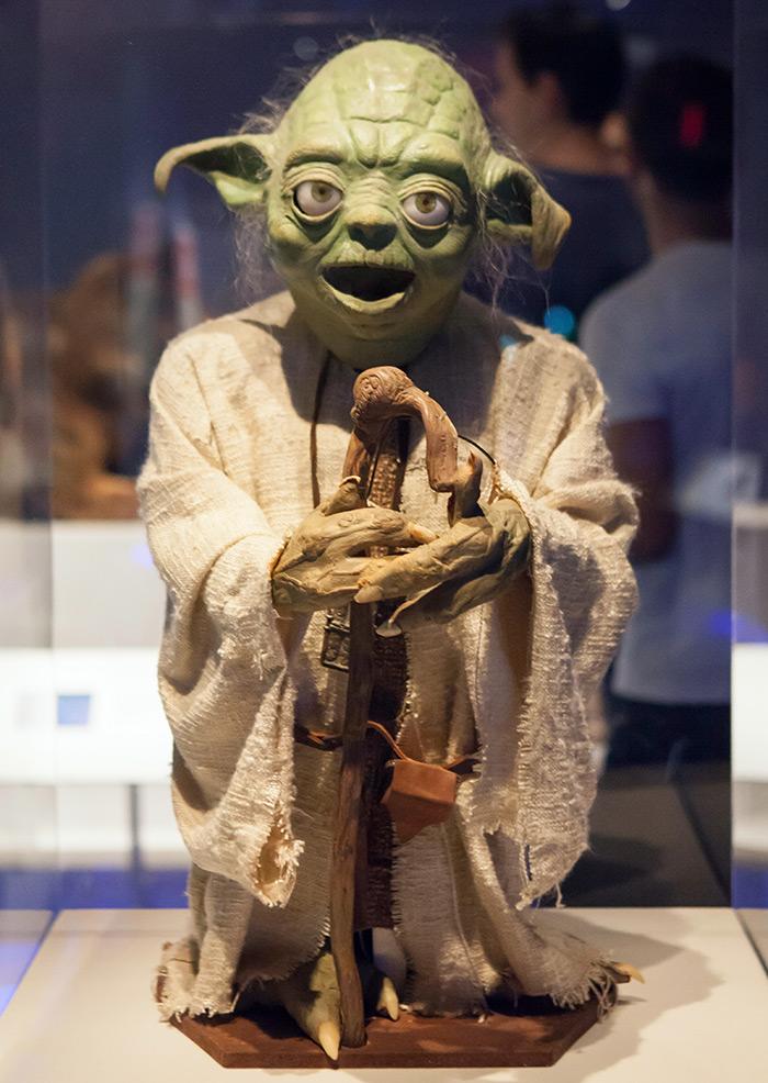 Muñeco de Yoda utilizado en la película Star Wars, parte de la colección del Museo de la Imagen en Movimiento en Queens, Nueva York - Foto de Reno Laithienne on Unsplash disponible en https://unsplash.com/photos/aN3PdTgW3tc