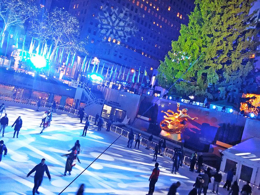 Gente patinando sobre la Pista de Patinaje sobre hielo del Rockefeller Center en diciembre en Nueva York - Foto de Andrea Hoare Madrid