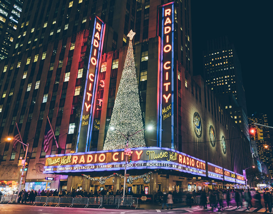 Radio City Music Hall en Navidad, Foto de Goh Rhy Yan on Unsplash disponible en https://unsplash.com/photos/W5jISkjNiSQ