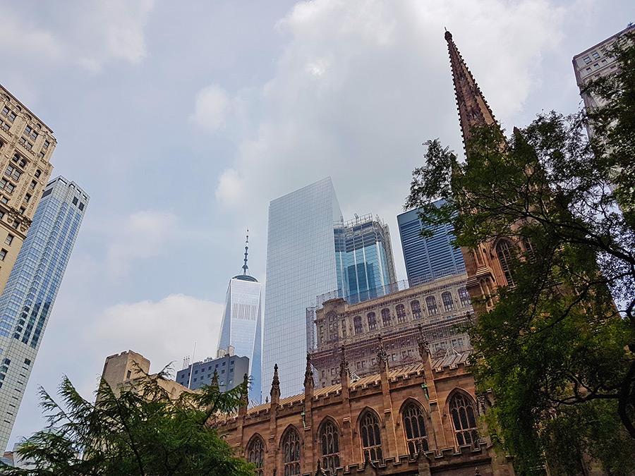 En primer plano la Trinity Church y al fondo el rascacielos One World Trade Center - Foto de Andrea Hoare Madrid