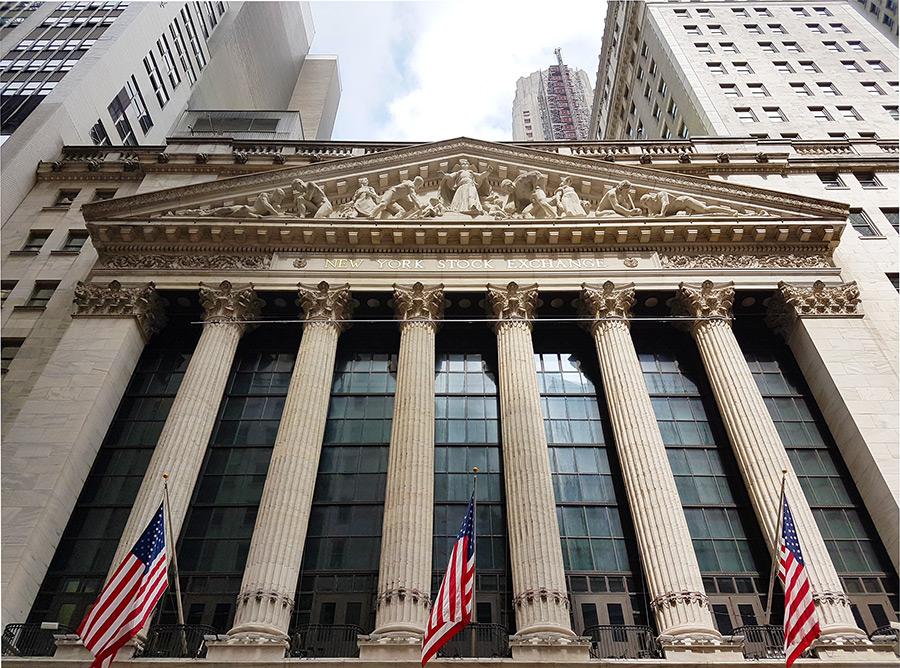Fachada del edificio de la Bolsa de Nueva York con sus banderas de Estados Unidos - Foto de Andrea Hoare Madrid - Guía del Distrito Financiero
