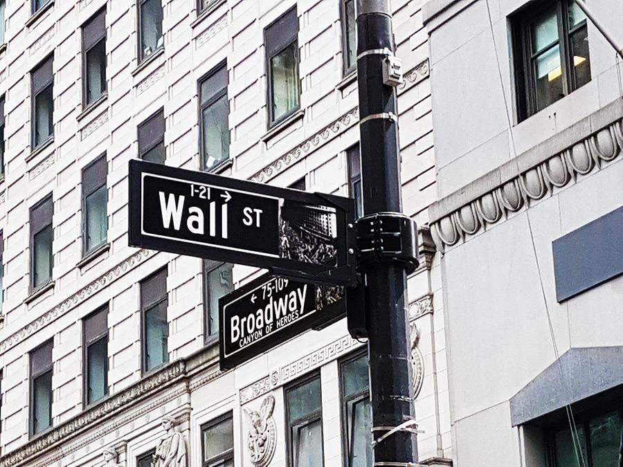 Intersección de las calles Wall Street y Broadway (letreros en un poste de luz) - Foto de Andrea Hoare Madrid