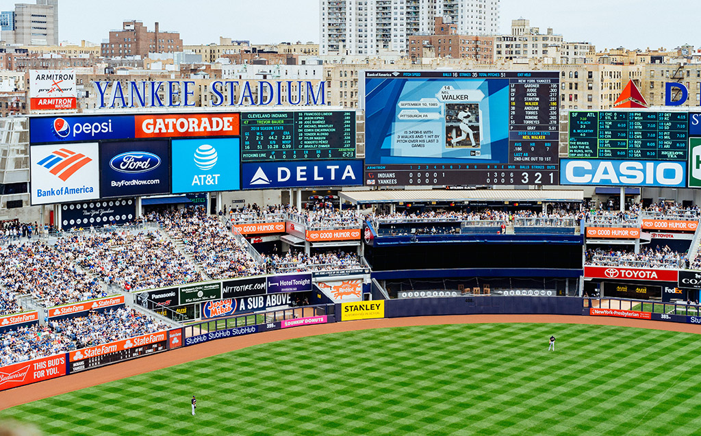 Interior del Estadio de los Yankees, letreros. Foto de Dan Gold on Unsplash disponible en https://unsplash.com/photos/MyQRGqdq2fE