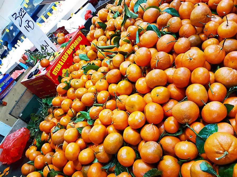 Negocios del Chinatown vendiendo mandarinas, frutas tradicionales para celebrar el Año Nuevo Chino en Nueva York - Foto de Andrea Hoare Madrid