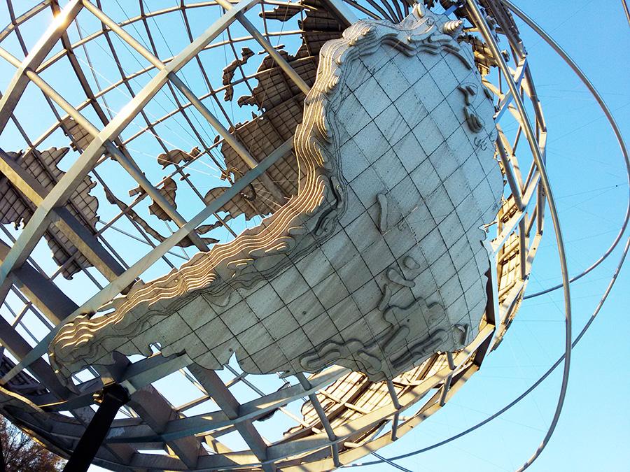 Detalle del mapa de sudamérica en la Uniesfera, escultura de un enorme globo terráqueo de acero representativa del Parque Flushing Meadows Corona Park de Queens, Nueva York - Foto de Andrea Hoare Madrid