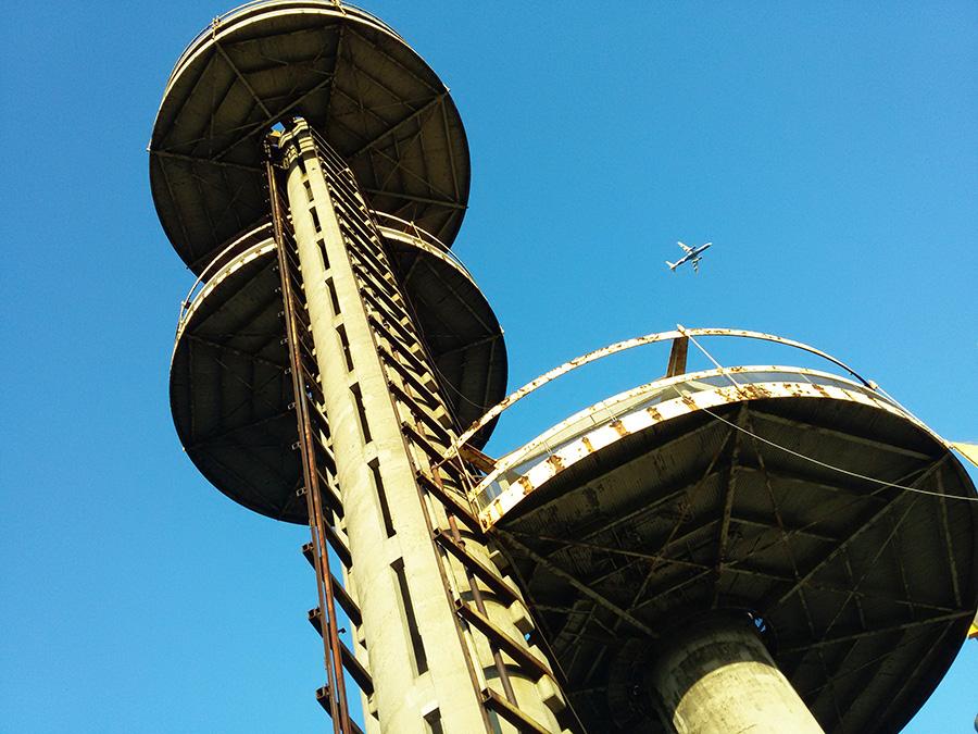 Detalle de las plataformas de las torres del Pabellón de Nueva York diseñado por Philip Johnson para representar a Nueva York en la Feria Mundial de 1964 realizada en el Flushing Meadows Corona Park de Queens - Foto de Andrea Hoare Madrid