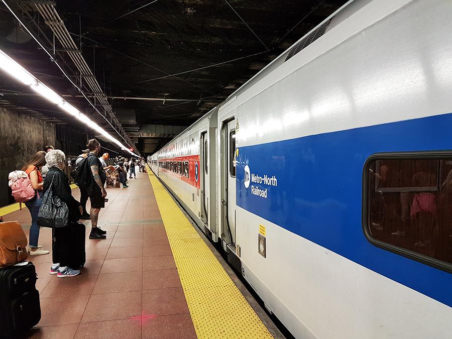 Pasajeros esperando abordar un tren de la línea Metro-North Railroad en Grand Central Terminal Manhattan - Foto de Andrea Hoare Madrid