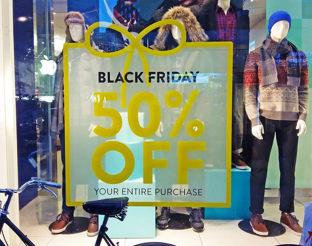Vitrina de la tienda GAP con un anuncio de descuentos durante el Black Friday - Fechas de liquidaciones en Nueva York - Sales, descuentos - Foto de AHM