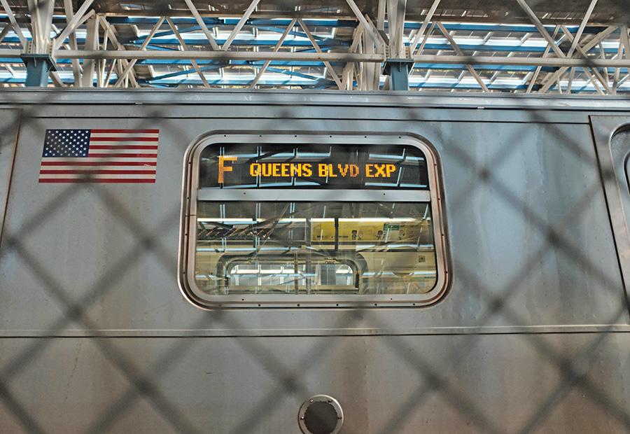 Letrero lateral de un tren del metro anunciando que es Express - Foto de Florian Rieder en Unsplash