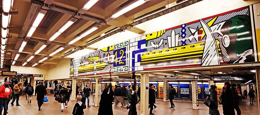 Gente transitando por los pasillos interiores de la estación del metro de la calle 42 de Manhattan - Foto de Andrea Hoare Madrid