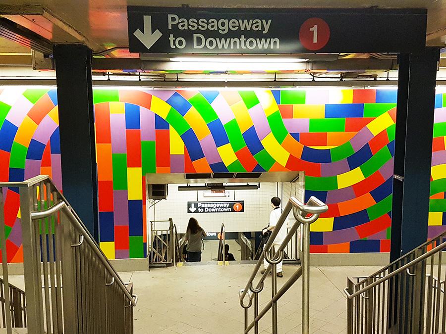 Letrero en una estación del metro de Nueva York indicando la dirección hacia el Downtown de Manhattan - Foto de AHM