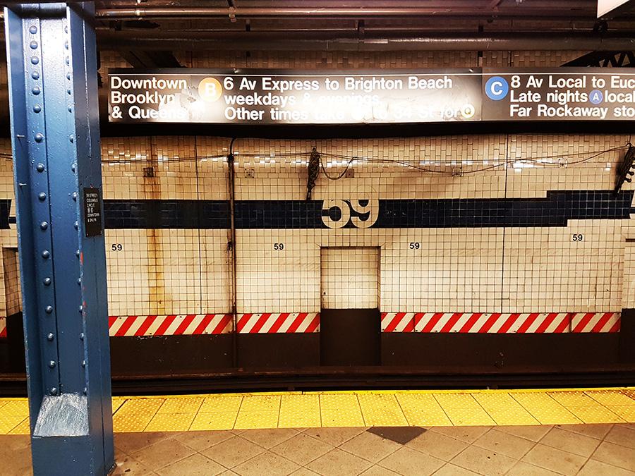 Letrero en el anden de la estación de la calle 59 del metro indicando las líneas, dirección y horario de las líneas que allí se detienen. Foto de AHM