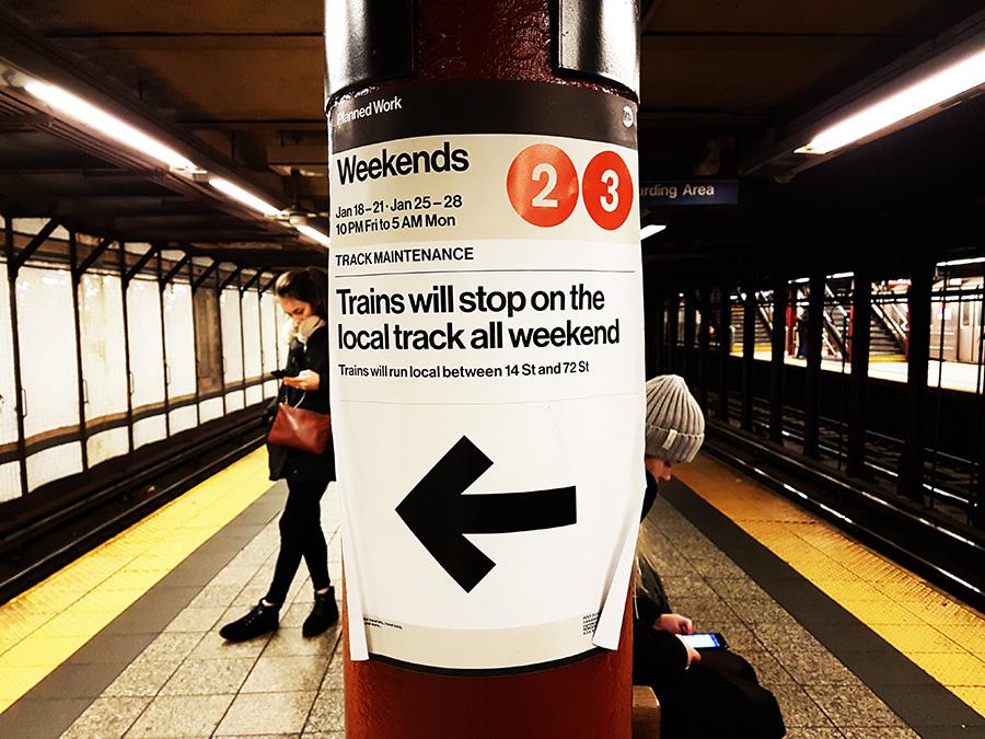 Cartel anunciando cambio planificado de servicio en la línea 2 y 3 durante los fines de semana por obras en la vía. Foto de Andrea Hoare Madrid