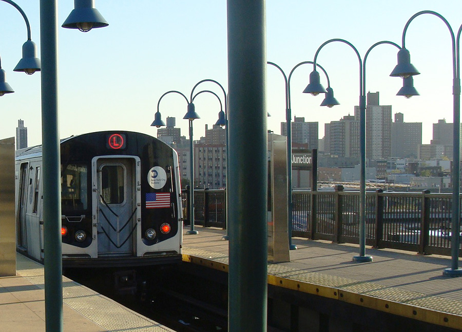 Tren de la línea L llegando a la estación. Foto de Andrea Hoare Madrid