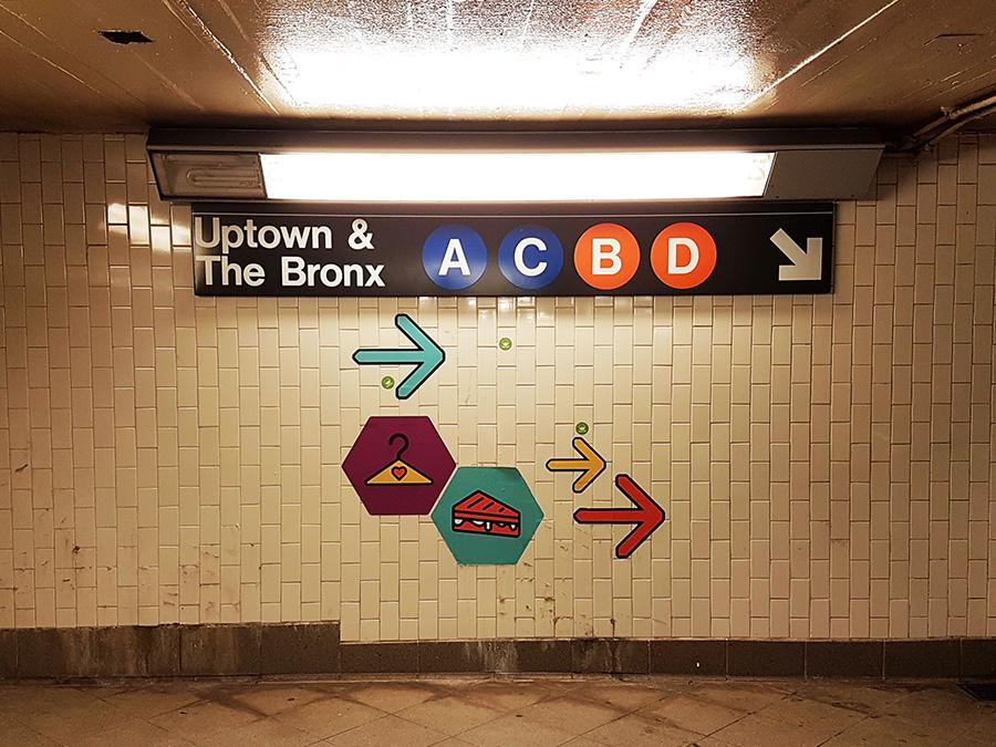 Señalizaciones dentro de una estación del Metro de Nueva York indicando la dirección para bajar al andén donde pasan las líneas A C B D con dirección a Uptown y Bronx - Foto de Andrea Hoare Madrid