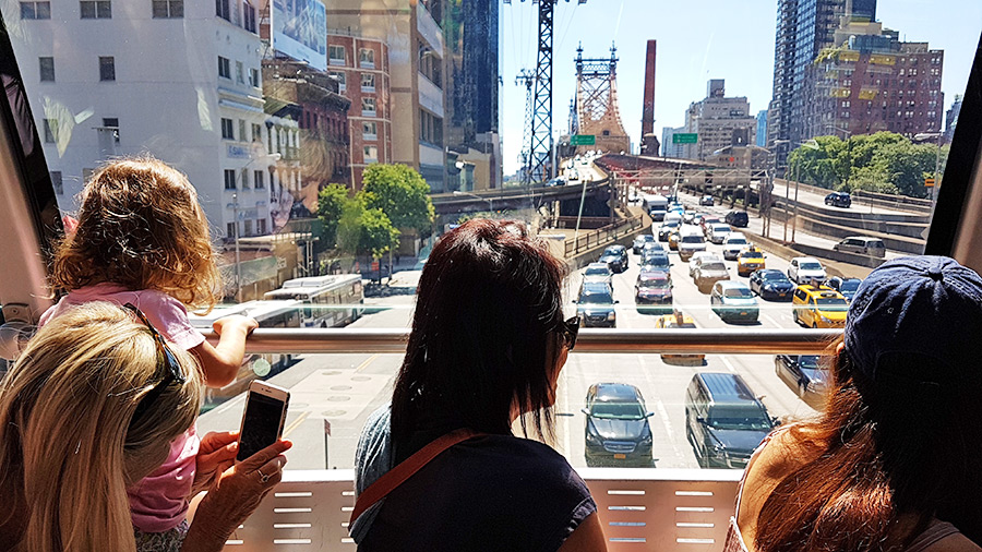 Turistas fotografiando el Puente de Queensboro desde la cabina del teleférico Roosevelt Island Tram - Foto de Andrea Hoare Madrid