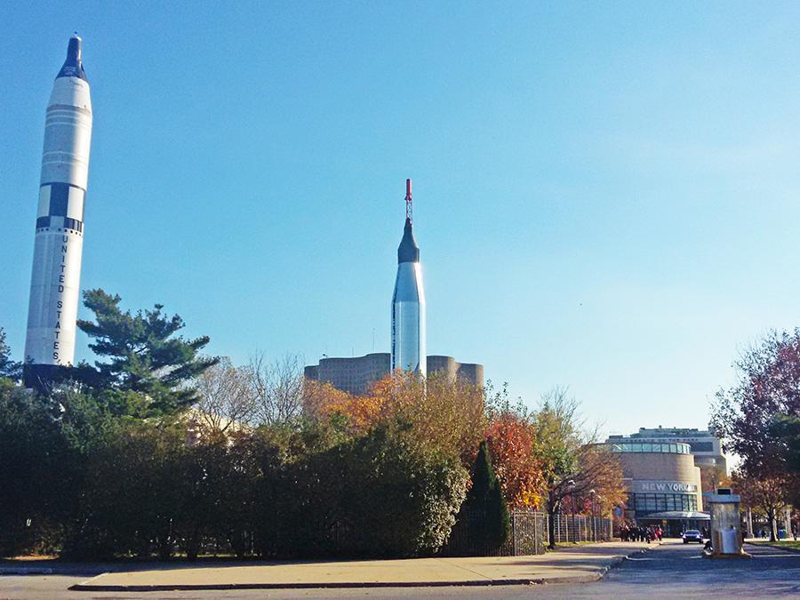 Cohetes espaciales y entrada al Salón de la Ciencia de Nueva York en el Flushing Meadows Corona Park - Foto de Andrea Hoare Madrid