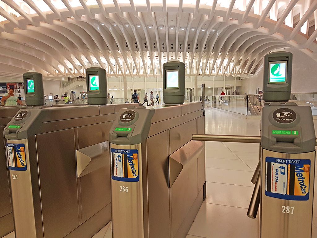 Torniquetes de acceso al andén del PATH en el World Trade Center Transportation Center -Oculus- en Manhattan - Foto de Andrea Hoare Madrid