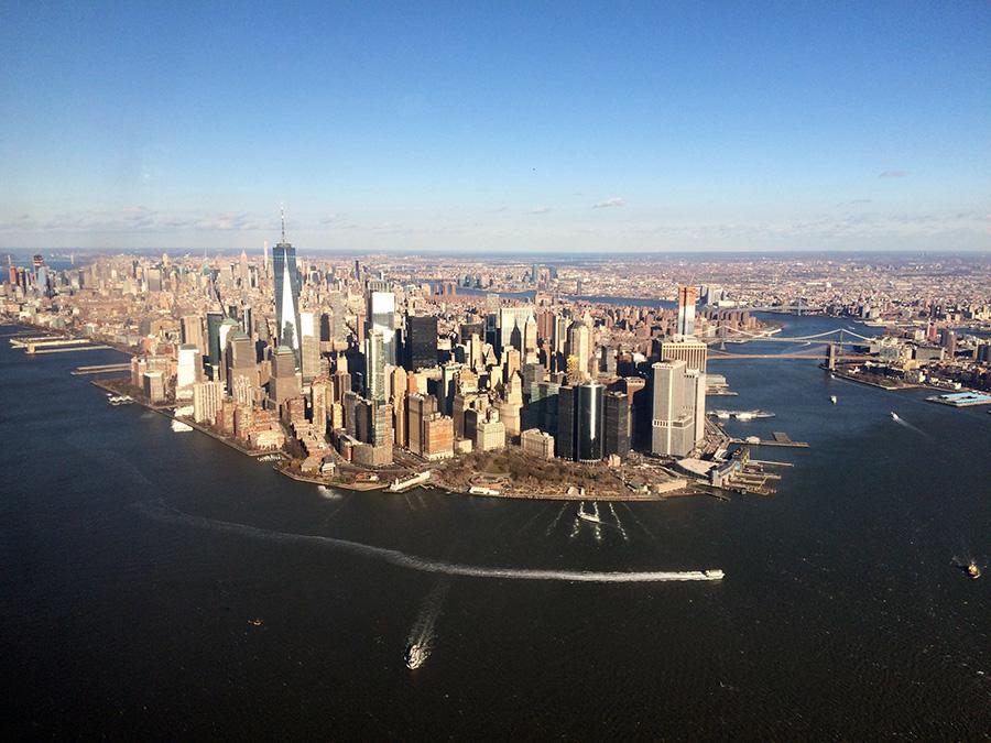 Extremo sur de Manhattan visto desde un helicóptero. Foto de Riley Farabaugh en Unsplash disponible en https://unsplash.com/photos/43_JrHZju1A