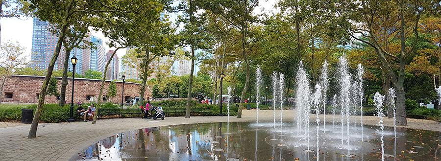 Fuente y bancas al sur de Castle Clinton en Battery Park - Foto de Andrea Hoare Madrid